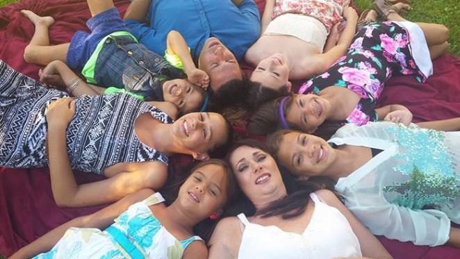 kanserli arkadaşının çocuklarını evlat edinen kadın