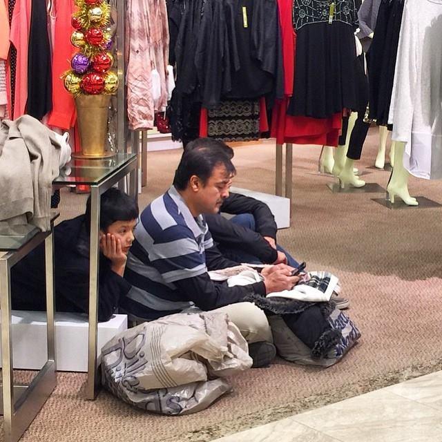 alışveriş yapan kadınları bekleyen erkek fotoğrafları 6