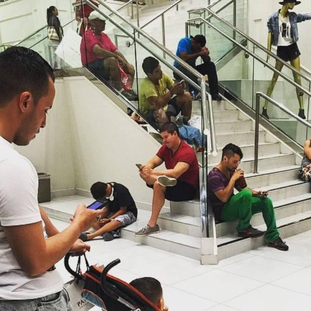 alışveriş yapan kadınları bekleyen erkek fotoğrafları 9