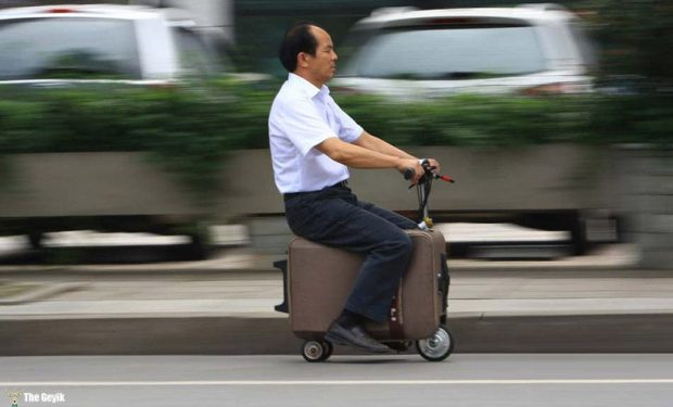 chinese-farmer-builds-a-fully-toıaejldfksuitcase-scooter-designboom-01 (1)