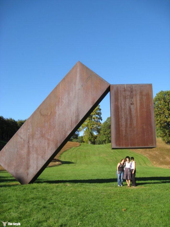 yer cekimine meydan okuyan heykeller8