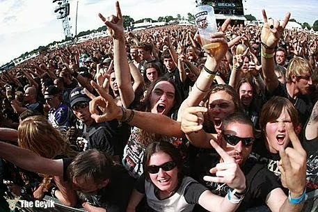 Heavy Metal - Fans feiern am Samstag (01.08.09) beim Wacken Open Air in Wacken. Das Heavy Metal Festival in Wacken wird in diesem Jahr zum 20. mal veranstaltet. Foto: Roland Magunia/ddp