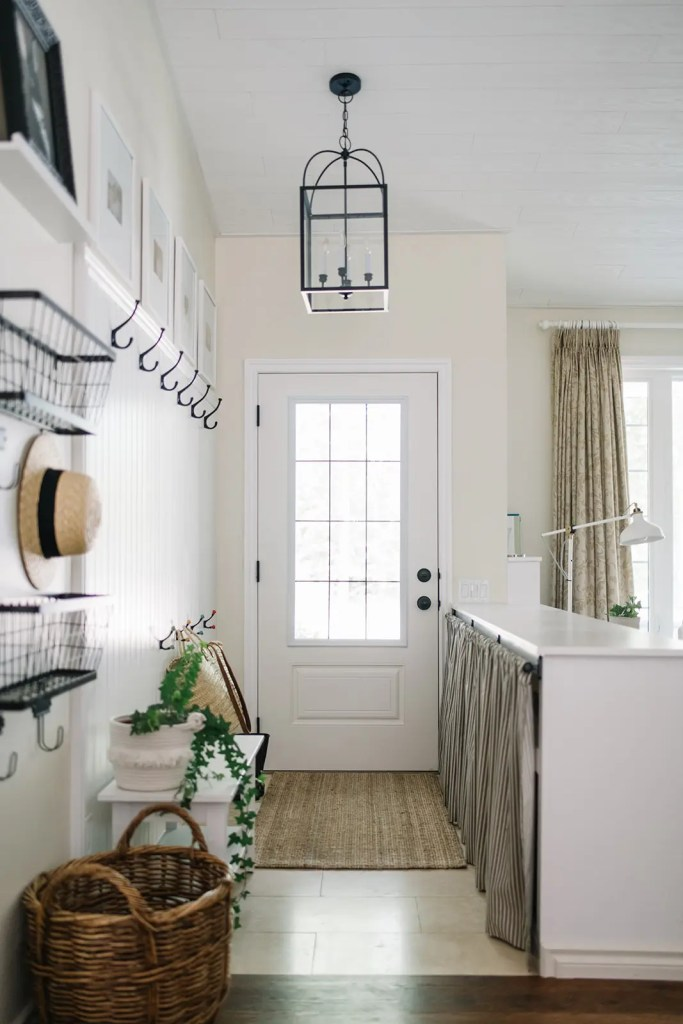 The entryway at The Ginger Home gets some simple summer decor touches
