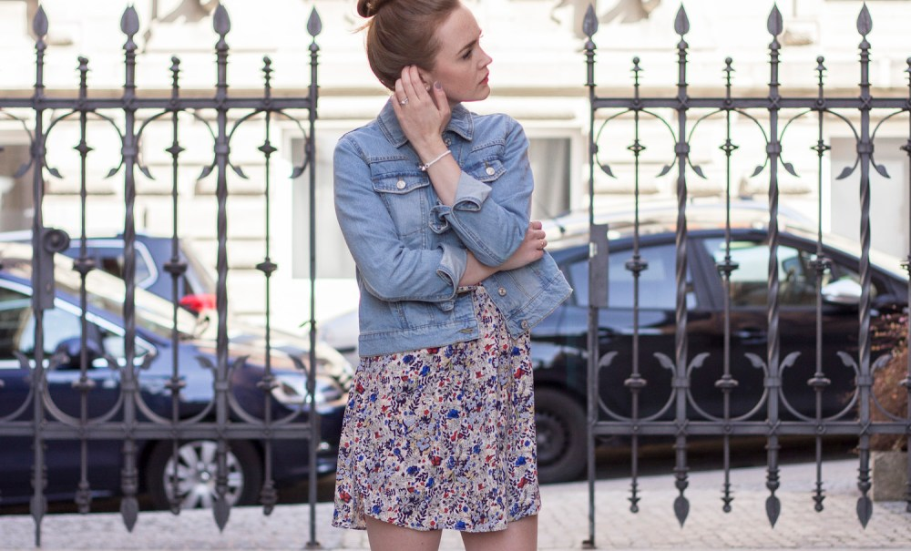 OUTFIT: Jeans auf Blümchen.