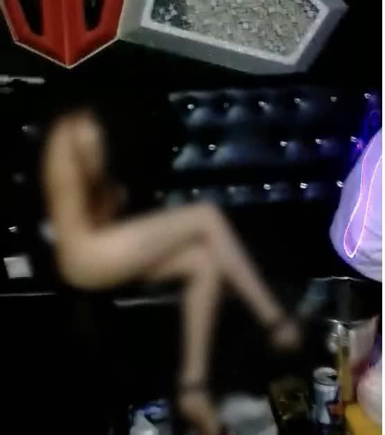2 cô gái khoả thân phục vụ 20 khách tại quán Karaoke