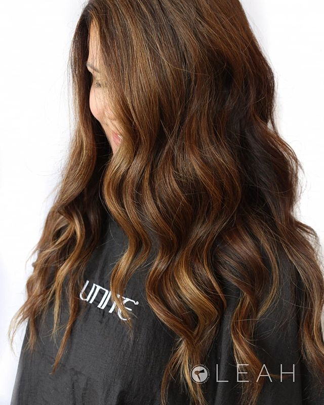 This rich warm balayage is giving us all the fall vibes !