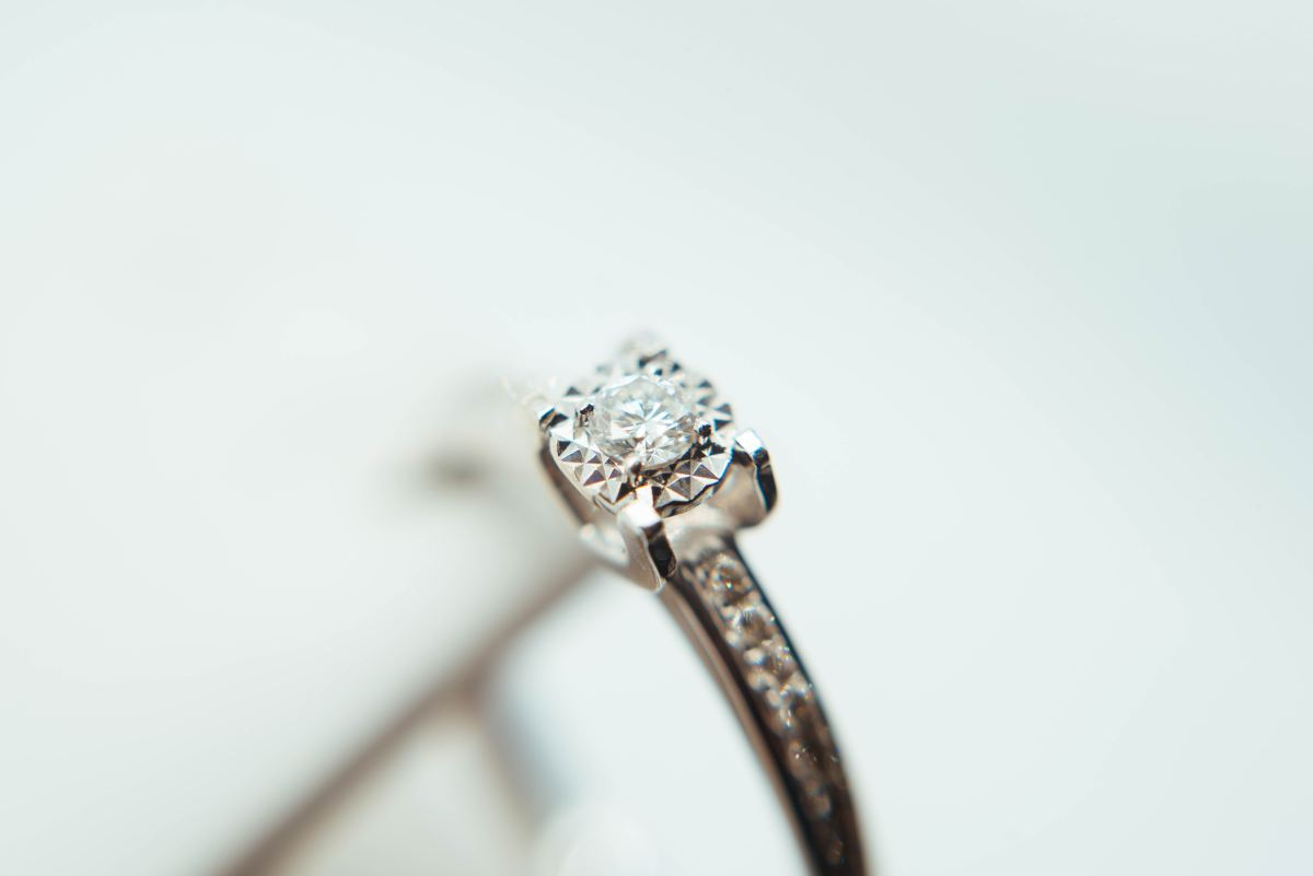 5 SHOPPING TIPS FOR BIGGER DIAMOND RINGS