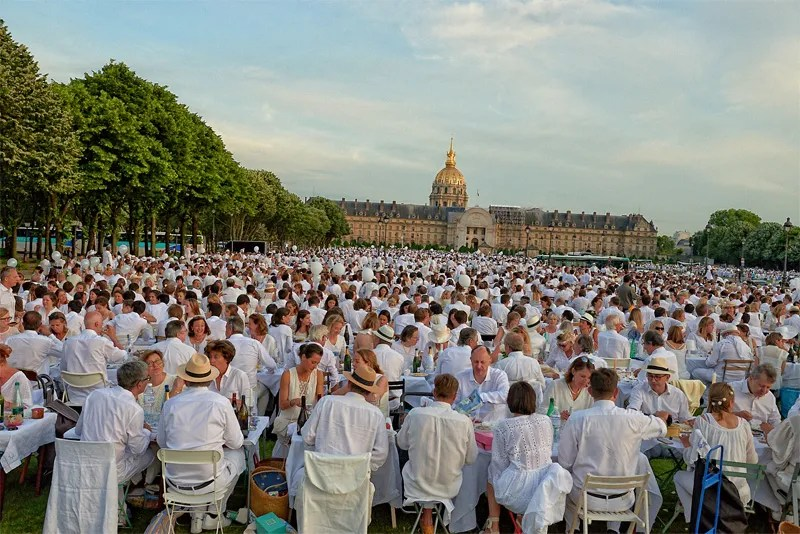 17000 people dressed in white for the Diner en Blanc Paris picnic at Les Invalides