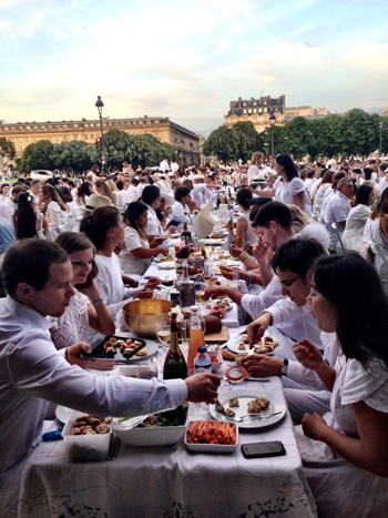 Rows of diners for the Diner en Blanc Paris picnic