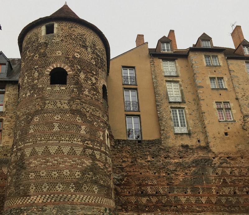 Énorme tour romaine avec maçonnerie fantaisie incorporée dans un bloc de bâtiments plus récents au Mans, France