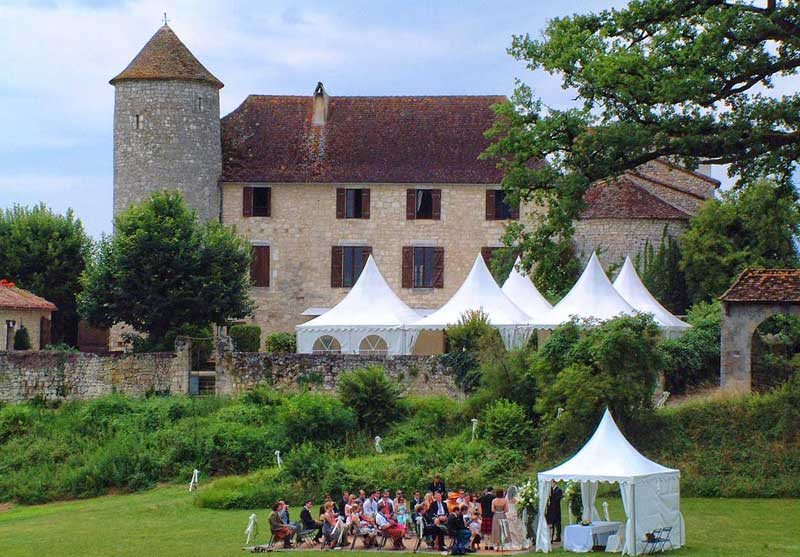 Wedding party in the garden of a gorgeous chateau in Dordogne