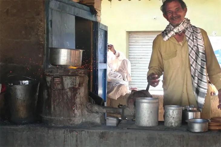 Gujarat_Bhujodi_TeaStallAtBusStop - The colours of Kutch