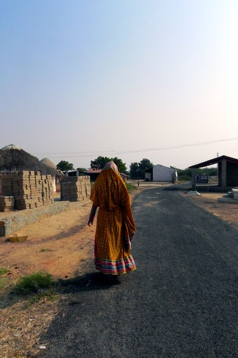Gujarat_Khavda_LadyinYellow - The colours of Kutch