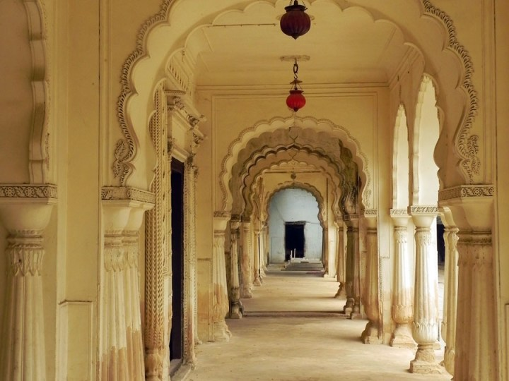 The arched corridor running alongside the tombs at the Paigah tombs of Hyderabad, India