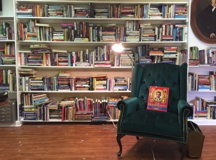 Menghias Kelas Dengan Tema Kemah di Area Baca