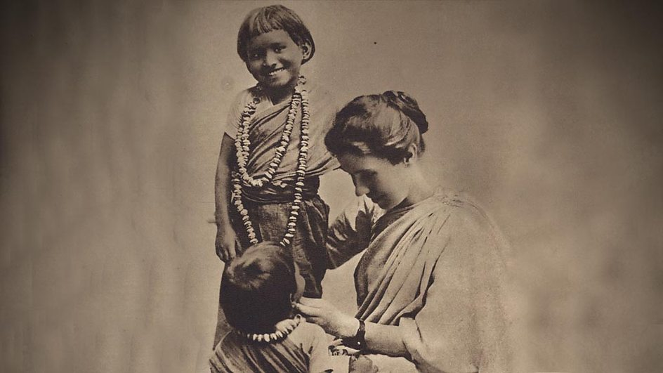 Amy_Carmichael_with_children2