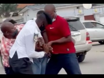 VIDEO: 5 Skinny Policemen Struggle To Handcuff A Man Over Drivers License At Dansoman