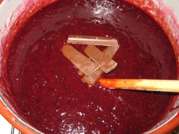 Додајте 3 штангле чоколаде за кување са већим постотком какаа. Да не буде крем табла.