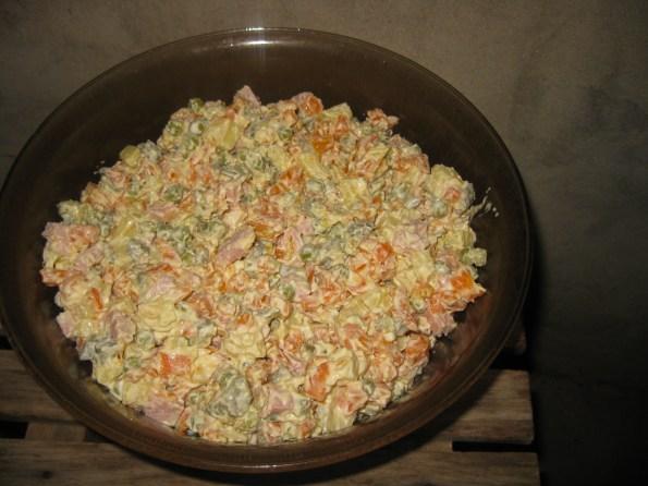 Руска салата се прави од мајонеза бареног грашка, бареног кромпира барене шаргарепе и сецканих киселих краставаца и сецкане саламе.