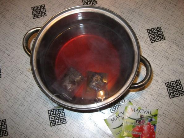 Прво се скува 250мл чаја од бруснице. Ја сам користила Мацвал чај од бруснице.