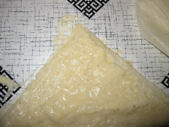 Водите рачуна да су вам крајеви донро намазани филом то је врло битно.Четврта кора се премазује филом од сира.