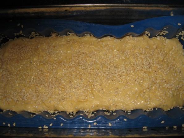 Ставити тесто, ситно исецкано пола чена белог лука и одозго сусам