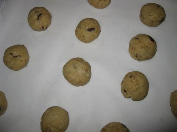 Направите куглице величине рецимо кестена, поређајте на папир за печење.