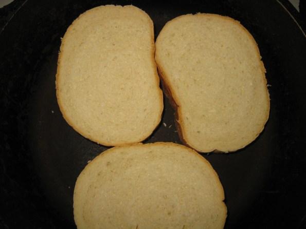 Врло једноставно за доручак или вечеру. Колико особа имате толико парчета бајатог хлеба вам је потребно. Па направите неком мањом чашом рупу у средини хлеба.