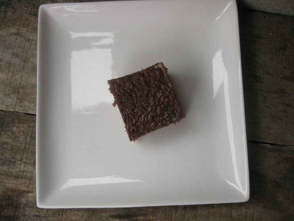 200мл млечне слатке павлаке, 4 кашике шећера (ако нема павлака шећер, а ако има онда само две), 2 кашике какаа и чаша млека све лепо сједините па у шерпицу на шпорет да се загреје да проструји никако да проври. У тако врело додајте 100 гр млечне чоколаде, склоните са рингле и мешајте док се не растопи чоколада. Виљушком или чачкалицом избушкајте цео колач па врео колач прелијте врелим преливом. Оставите на собној температури да се прохлади па у фрижидер да преноћи. Упиће сав прелив. Рече моја другарица Боже као дете сам неко само бих ''чоколадасте'' ствари. И мене је то нешто подсетило на оно: ''Ја сам рођена 1973. и имам 28 година. Како бре, па и ја сам рођена 1973. а имам 45! То је твој проблем. Не знам зашто сам вам ово испричала али не може да шкоди. ???