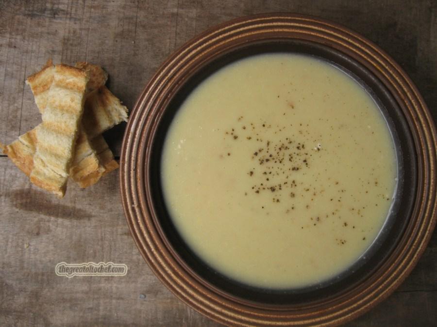 Иранска чорба од три врсте брашна и јогурта Боже колико лепоте има у персијској кухињи. Уопште у блиско источној. То су такви зачини, таква јела која не могу да се опишу у само једној реченици. Комбинације укуса које нама итекако пријају. Што се тиче персијске кухиње њихове чорбе се деле у неколико подврста. Главна подела је на чорбу која може да се једе као самостално јело и такве чорбе се углавном једу зими, и оне лагане од поврћа које су у категорији предјела. Такође постоји и подела на топле и хладне. У 80% хладних чорби главни састојак је јогурт, мада га има додуше ређе у топлим. Пре једно двадесетак година добила сам од другарицине рођаке неколицину персијских рецепата јер јој је мама Иранка. И пошто сам кренула са постављањем разних чорбица и супа сетила сам се и ових рецепата па сам ''копала'' по мусавим роковницима не би ли пронашла исте. Кренућу од најједноставније а по мени једне од најлепших чорби. Ово је мера за 4 тањира. Прво што треба да урадите је да на суво пропржите 50гр ситно самлевеног(као брашно) бланшираног кикирикија, исто 50гр леблебија и 50гр сирових семенки сунцокрета (такође ситно самлевено). Све се заједно стави и пропржи 2 до 3 минута. Да не изгори и да не добије тамну боју. То исипете у неку чинију да се прохлади. У то додате ситно сецкана 4 чена белог лука и све промешајте. У шерпу ставите литар пилећег бујона и кад проври додајте пола килограма кромпира. Кувајте док се кромпир скроз не раскува, а бујона да уври око 3дл отприлике. Штапним миксером испасирајте у шерпи у којој се куво кромпир. Са све бујоном. Додајте соли по потреби, и додајте четвртину кашиичице мускатног орашчића. Када све сједините одвојите пола шоље да се прохлади да буде млако јер ћете у то додати 150мл густог јогурта. Сипајте ону мешавину брашна и белог лука и сједините са смесом од кромпира. на крају додајте јогурт и равну кашичицу бибера. Ставите на ринглу па кувајте на средњој ватри 15 минута. Не сме да проври само полако да струји. Сервира се уз тостиран хлеб и