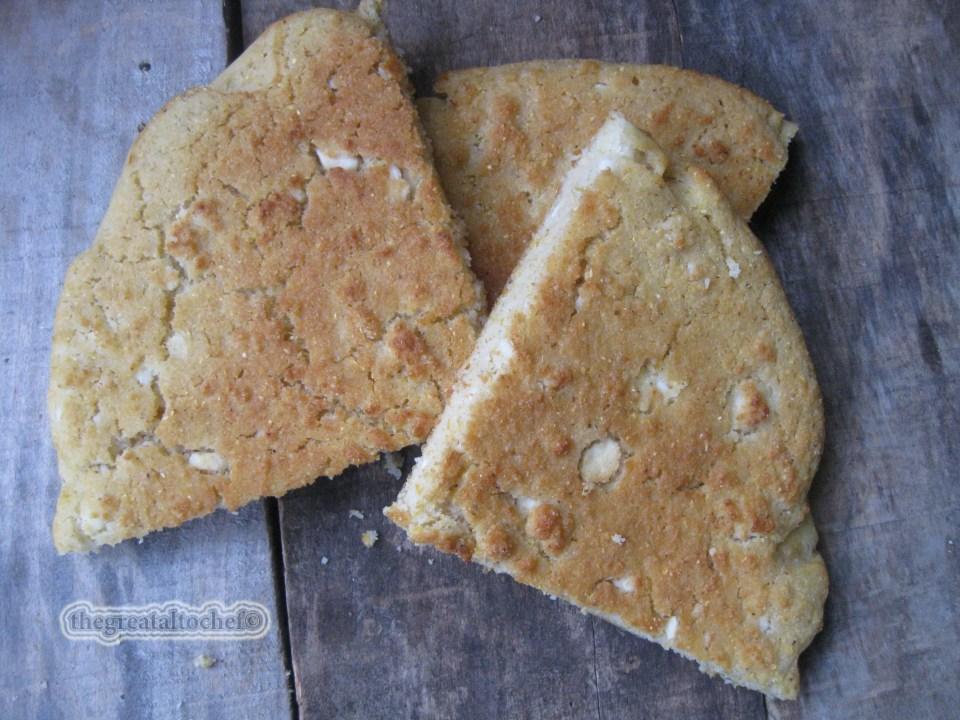 У поплави свих рецепата за разне пројанице ја реших да напишем рецепт за старинску обичну или како је неки називају ''сељачку'' проју. Разлика између проје и пројанице је у обичном пшеничном брашну. Пројаница се прави од мешавине кукурузног и пшеничног брашна а проја само од кукурузног. Некада су постојали кукурузни хлебови како су се називале пројанице које су се пекле у правоугаоним глиненим посудама. Они су били мешавина пшеничног и кукурузног брашна од кога су настале пројанице. Класичне проје су искључиво од кукурузног брашна и делиле су се на оне једноставне које су неки називали и сиротињскима и оне господске. Сви се слажу у једном да су те такозване сиротињске и најздравије. Ја сам данас уз Божићни ручак спремала ону мало финију господску проју са сиром. За један округли плех од 28цм потребно је 300гр белог пројног брашна, 4дл киселе воде, две варјаче масти, 2 жуманца, кашичица соли, пола кесице прашка за пециво или кашичица соде бикарбоне и једна велија (коцка) тврдог преврелог сира. Е сад мало појашњења око састојака. Такозвана сиротињска проја имала је уместо киселе воде обичну млаку воду, није имала ни сира  ни масти (маст вероватно за Божић) и због тога је била јако тврда.  Богатија проја је имала минералну воду или сода воду, обавезно масти и јаја. Сир некада да некада не у зависности од прилике. У време ратних дешавања и опште немаштине проја је била дебела, и потпуно посна. Евентуално ако се стави једно цело јаје. Ја данас на Божић разбијем јаје и замислите оно двожуче. Не знам шта то значи али да слути на бољитак свакако да. Ставите у ванглу пројно брашно па додајте маст и све остале прашкасте састојке. На крају уз мешање додајте киселу воду и мрвљени сир. Све добро промешајте и оставите 5 минута да одмори. Тесто је житко да знате.  Подмажите тепсију машћу, сипајте тесто и пеците на 200 степени око 25 минута у зависности од шпорета. Када порумени извадите је и извадите из калупа у памучну крпу или памучни чаршаф. Тако увијте и оставите 10 минута пре