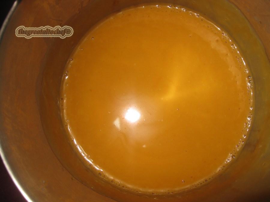 Шећер ће прво да се стегне па полако да се отопи то је нормално када додајете хладну павлаку. Врућим карамелом прелијте корицу. Морате брже да радите јер се карамел стеже а треба да га упије корица.