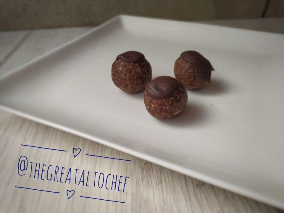 Последњи колач на овом списку стварно предивних колача су бомбице од урми. Изузетно пре свега здрав колач. Рецепт тако леп да га можете правити и када није пост . За ове јединствене бомбице потребно је: 250гр свежих урми,100гр млевених ораха, 100гр кокосовог брашна, 2 кашике багремовог меда, 70гр чоколаде мин 40% какаа, 30гр чоколаде. Чоколаду изломите, ставите у блендер, додајте мед, орахе, кокос и на крају сецкане урме. Све добро сједините у једну масу као паста треба да буде. Да можете да правите куглице. Куглице правите за нијансу веће него лешник. Одозго капните мало растопљене чоколаде. Суше се на промаји 24 сата. Захваљујући мом Алекси и овај рецепт сам добила са Свете Горе.  Шест предивних колача идеалних за Бадње вече. Испробајте, бићете одушевљени. На здравље и спасење пост драги моји! П.С скокните до групе на ФБ ако желите да објавите ваше дивне рецепте. Биће нам задовољство.