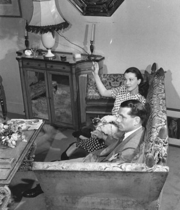 Vivien Leigh and Laurence Olivier at home with their Siamese cat New Boy, 1946