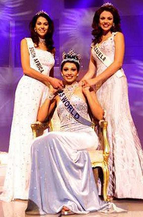 Pageant history is full of times when a girl with more personality won over the most gorgeous lady.  It happened in Miss World 1999 for sure when Yukta Mookhey of India won over Martina Thorogood of Venezuela with her sophisticated and classy demeanor.