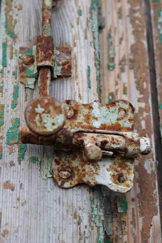 old-and-rusty-lock-NRT6UTM