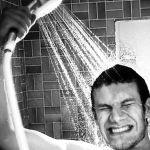 Chuveiro reaproveita água do banho e ajuda a economizar até R$ 3 mil na conta