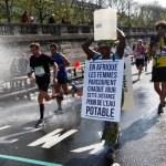 Africana invade Maratona de Paris com balde na cabeça para alertar sobre falta de água