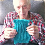 O idoso de 109 anos que tricota casacos para pinguins ameaçados de extinção