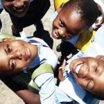 A mochila solar que armazena luz para crianças da África estudarem a noite