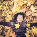 Brincar ao ar livre reduz risco de miopia em crianças, diz estudo