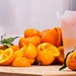 Cientistas encontram solução para despoluir água do mar: a casca da laranja