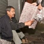 Projeto transforma meias surradas em cobertores para moradores de rua