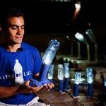 Brasileiro leva luz para comunidades pobres do país com garrafas PET