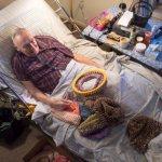 O idoso de 91 anos que tricota gorros para moradores de rua não sentirem tanto frio