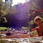 Creche pública de Natal inclui banho de cachoeira na rotina das crianças