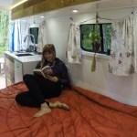 A blogueira de viagens que transformou uma van em casa minimalista móvel para poder viajar o mundo