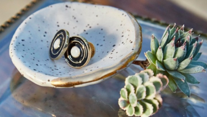 Em parceria com Dell, designer cria coleção de jóias feitas só com ouro retirado do lixo eletrônico