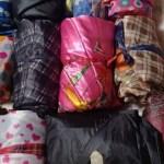 A artesã que transforma guarda-chuvas quebrados em sacos de dormir para moradores em situação de rua