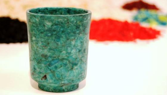 Designer desenvolve material substituto ao plástico feito com escamas descartadas pela indústria de pescado